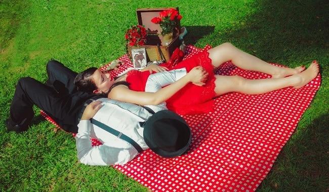 couple-laying-on-blanket