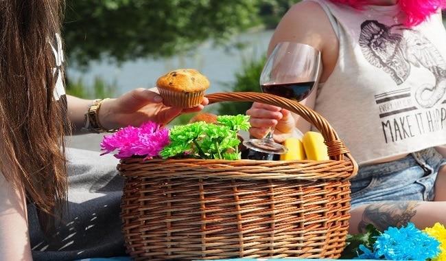 food-in-picnic basket
