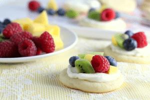 Mini-Fruit-pizza-appetizer-party-idea
