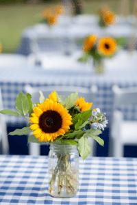 sunflower-centerpiece-idea-for-backyard-bbq-party